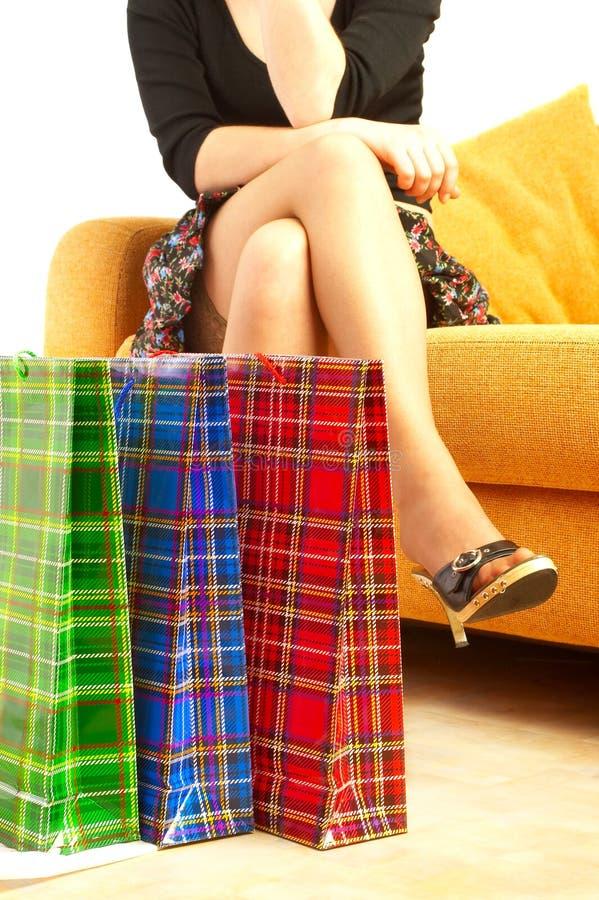 La muchacha hace compras. imagen de archivo libre de regalías