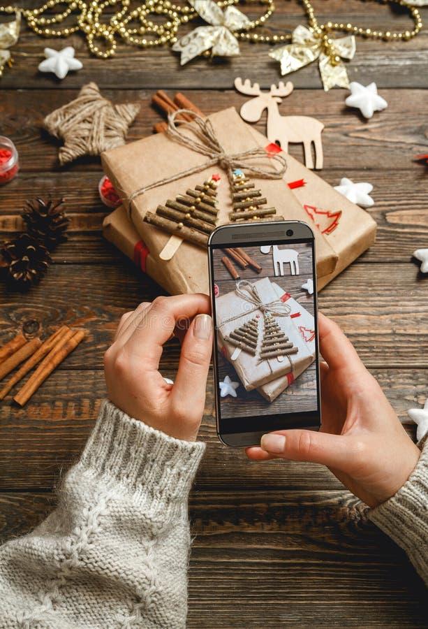 La muchacha hace una foto de los accesorios de la Navidad imagenes de archivo