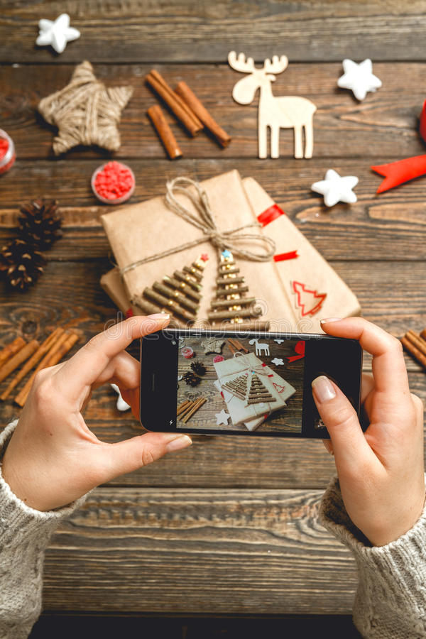 La muchacha hace una foto de los accesorios de la Navidad fotos de archivo