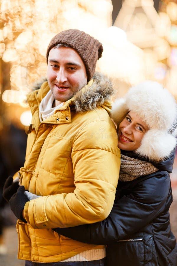 La muchacha hermosa abraza al hombre preferido foto de archivo libre de regalías