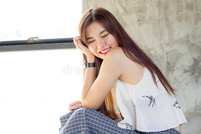 La muchacha hermosa adulta tailandesa se relaja y sonríe foto de archivo libre de regalías