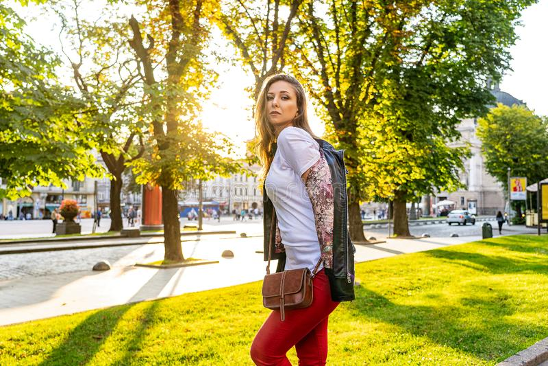 La muchacha hermosa atractiva es presentación de moda al aire libre Tiroteo de foto de la moda de la calle fotos de archivo