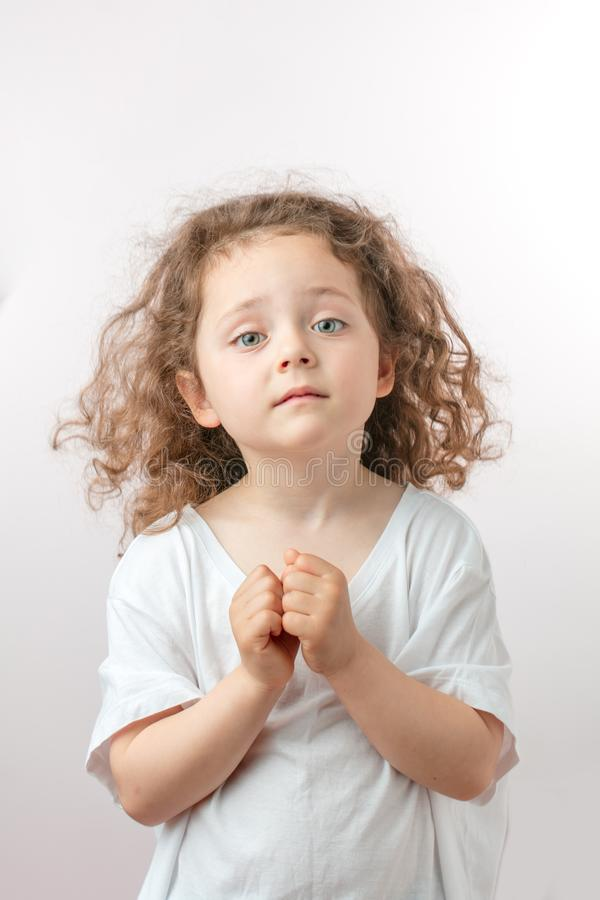 La muchacha hermosa buena del jengibre está pidiendo como un ángel imágenes de archivo libres de regalías