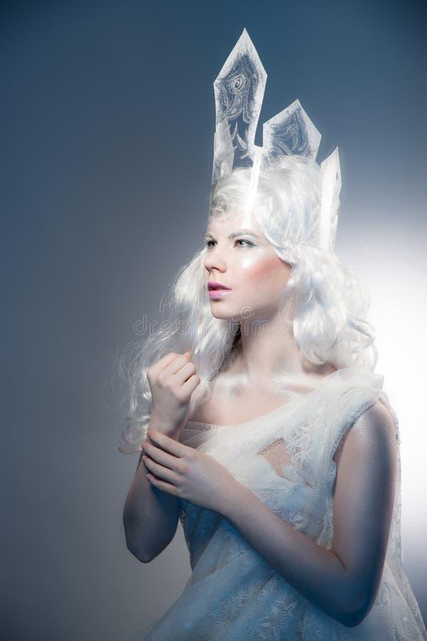 La muchacha hermosa con creativo compensa el Año Nuevo Invierno po fotografía de archivo