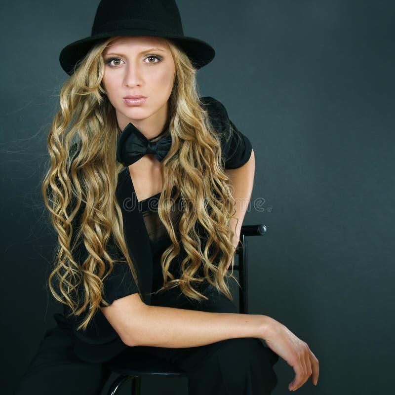 La muchacha hermosa con el pelo rizado largo foto de archivo libre de regalías