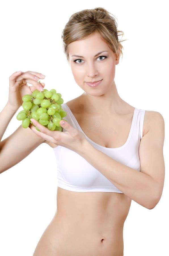 La muchacha hermosa con las uvas verdes fotos de archivo libres de regalías