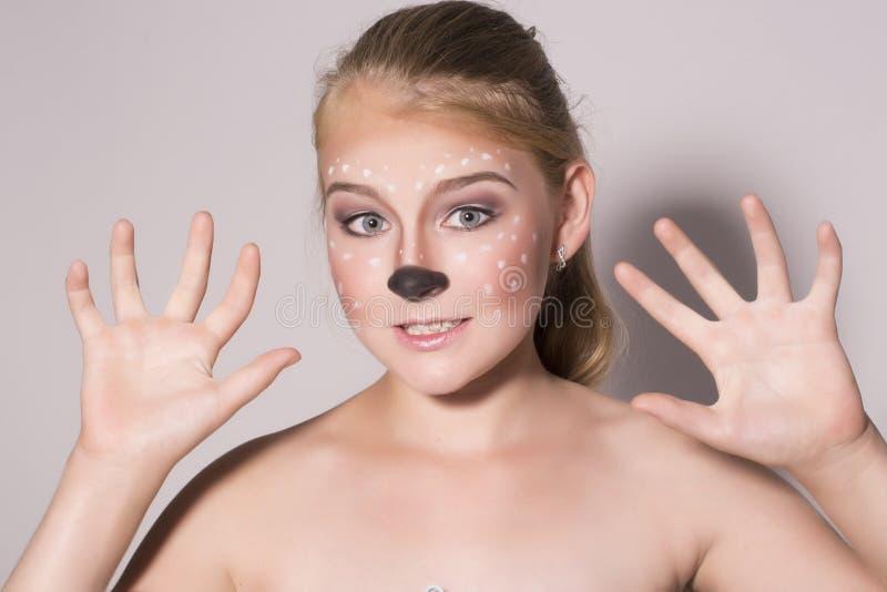 La muchacha hermosa con maquillaje divertido, expresa diversas emociones Imagen divertida de la muchacha bonita hermosa foto de archivo