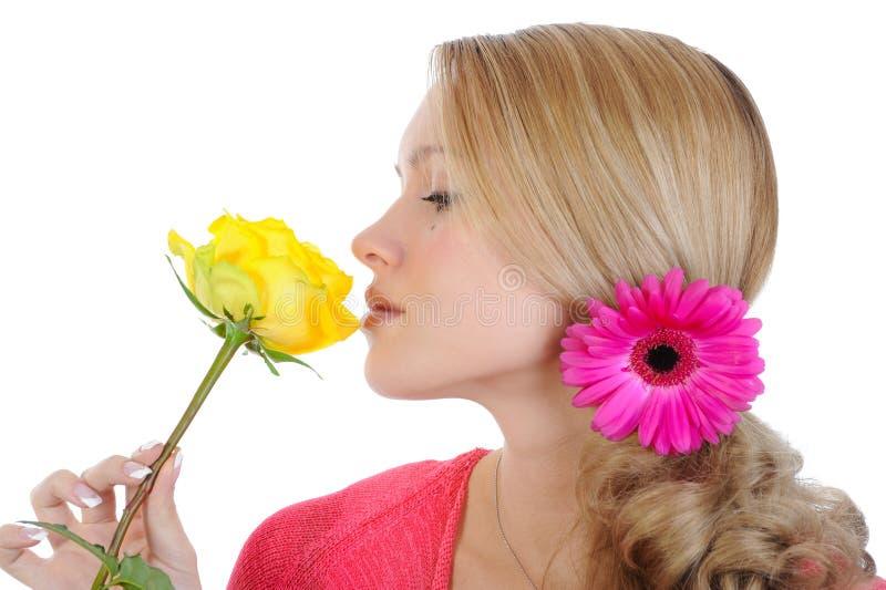 La muchacha hermosa con un amarillo se levantó. fotos de archivo