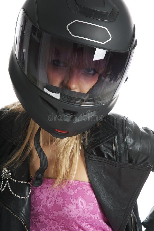 La muchacha hermosa con un casco de la motocicleta foto de archivo