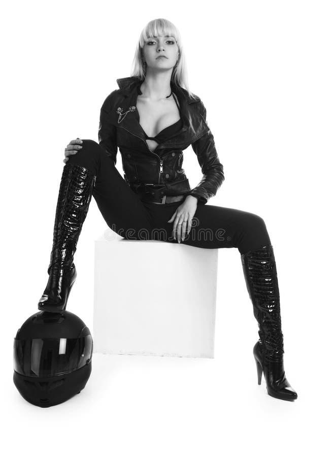 La muchacha hermosa con un casco de la motocicleta fotografía de archivo