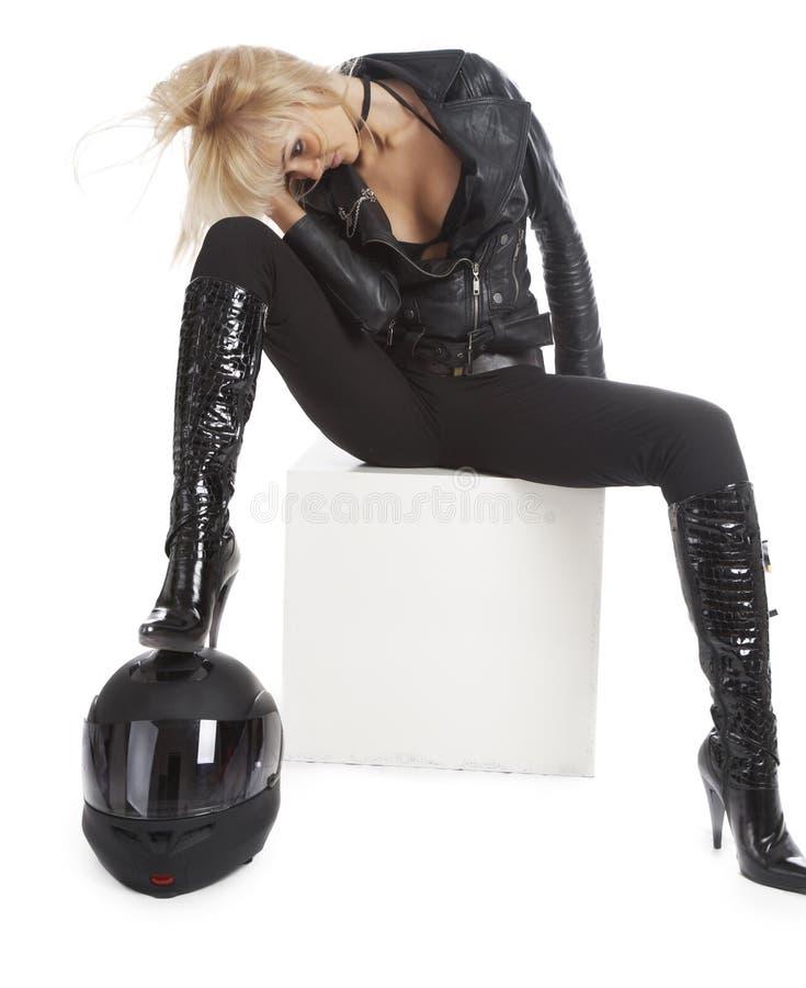 La muchacha hermosa con un casco de la motocicleta imagenes de archivo