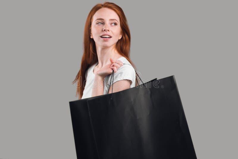 La muchacha hermosa del jengibre consigue placer de compras imagen de archivo