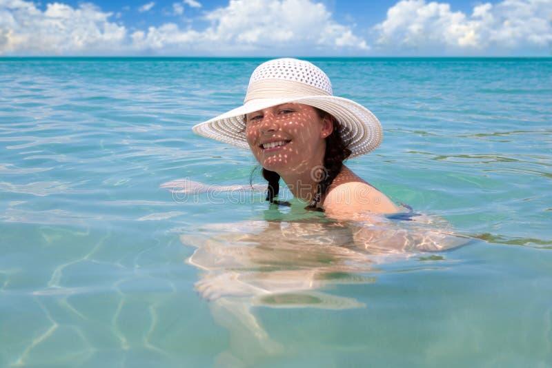 La muchacha hermosa disfruta de día asoleado en la playa del Caribe. imagenes de archivo
