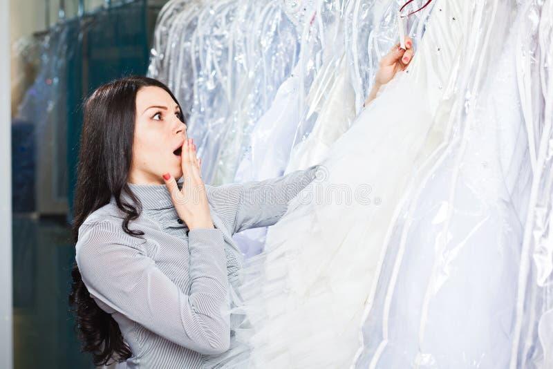 La muchacha hermosa elige su vestido de boda Retrato en el sa nupcial imagen de archivo libre de regalías