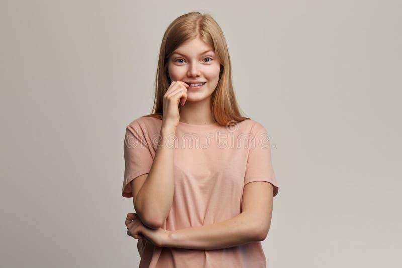 La muchacha hermosa emocional nerviosa siente ansiosa y sorprendida fotografía de archivo libre de regalías