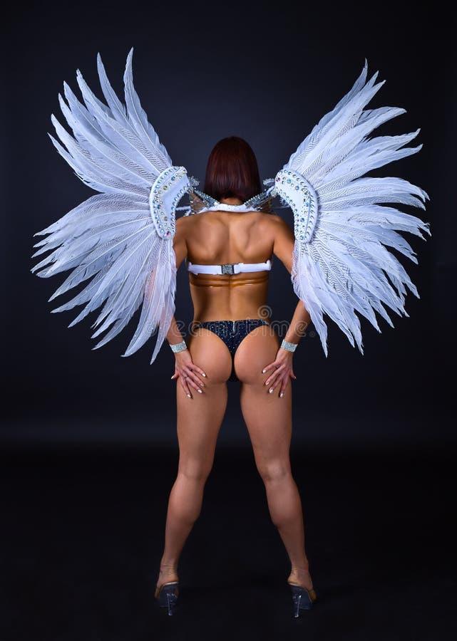 La muchacha hermosa en blanco del ingenio del traje del carnaval se va volando foto de archivo libre de regalías