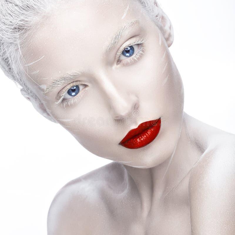 La muchacha hermosa en la imagen del albino con los labios rojos y el blanco observa Cara de la belleza del arte fotografía de archivo libre de regalías
