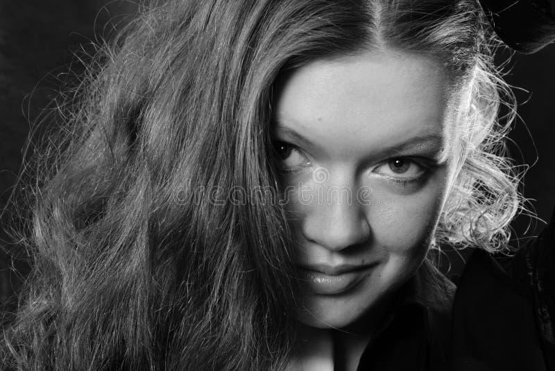 La muchacha hermosa en un negro   fotos de archivo libres de regalías