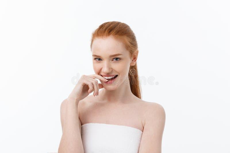 La muchacha hermosa feliz es sonrisa feliz y mirada de risa derecho Expresiones faciales expresivas Cosmetología y BALNEARIO fotografía de archivo