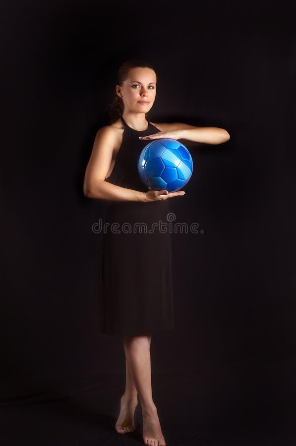 Download La Muchacha Hermosa Guarda El Balón De Fútbol Azul Imagen de archivo - Imagen de salud, bola: 7281979