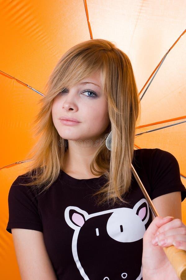 La muchacha hermosa joven bajo el paraguas imagen de archivo