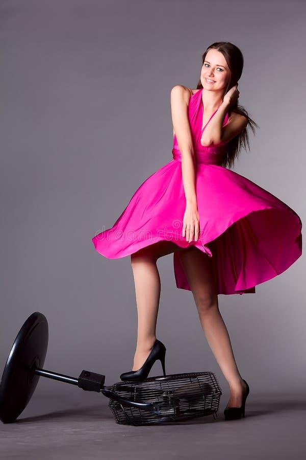 La muchacha hermosa joven en vestido explota su falda fotos de archivo libres de regalías