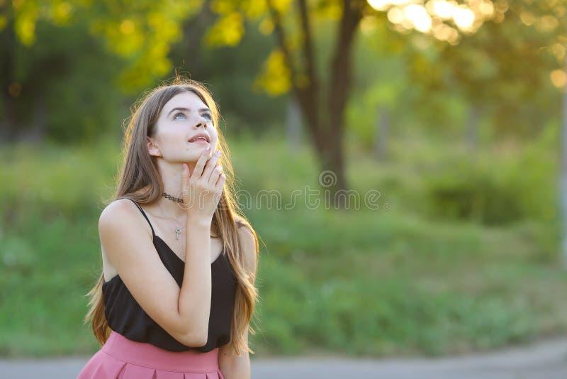 La muchacha hermosa joven muestra dicha del placer del placer de las emociones foto de archivo libre de regalías