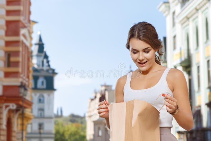 La muchacha hermosa la admira las compras fotos de archivo libres de regalías
