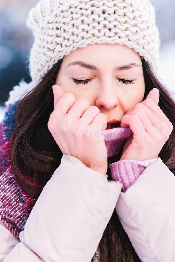 La muchacha hermosa que congelaba en a podría día de invierno foto de archivo libre de regalías
