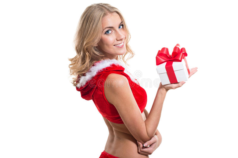 La muchacha hermosa que lleva a Papá Noel rojo viste con el regalo del regalo de Navidad fotografía de archivo libre de regalías