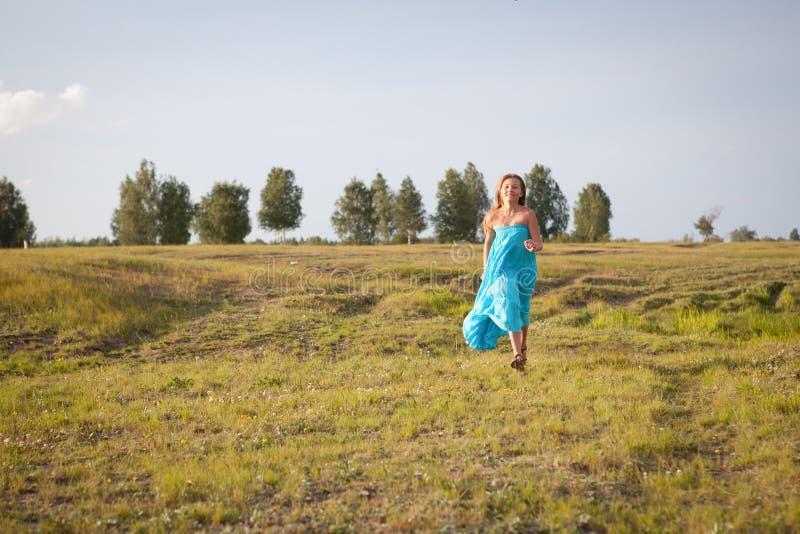 La muchacha hermosa va en el campo, verano foto de archivo libre de regalías