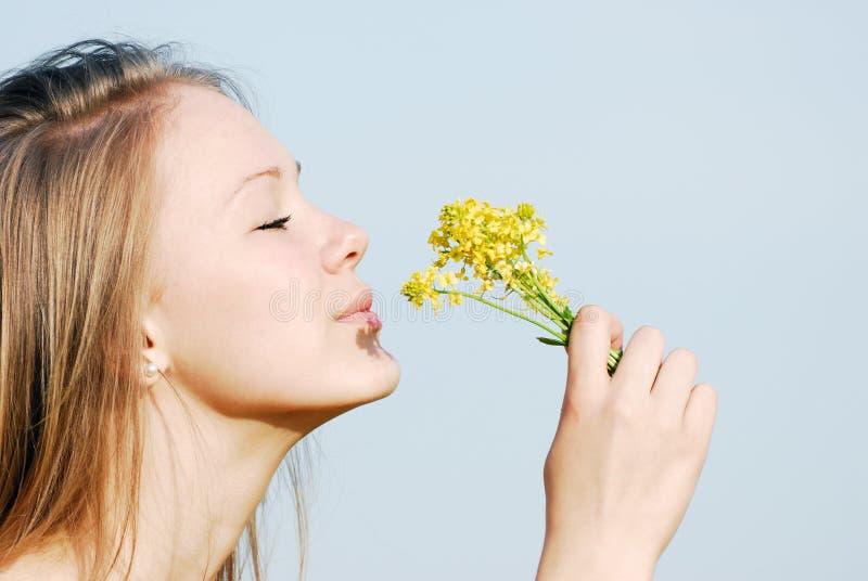 La muchacha huele las flores imágenes de archivo libres de regalías
