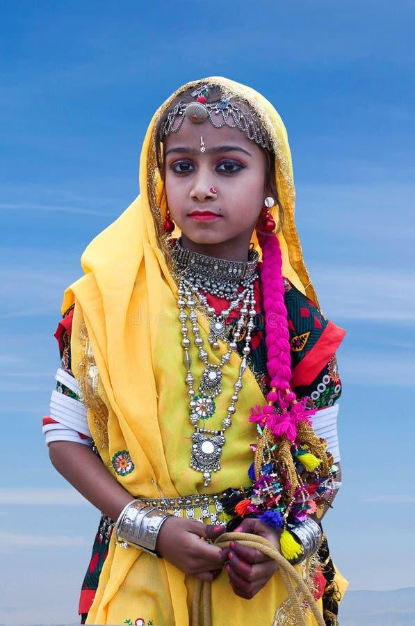 La muchacha india en ropa nacional presenta para una foto durante festival del camello en Rajasthán imagen de archivo libre de regalías