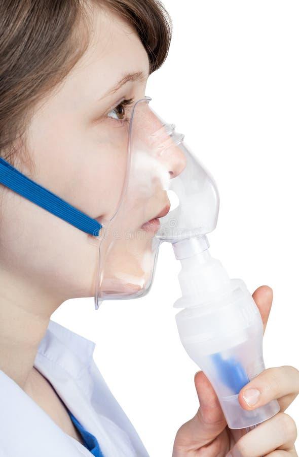 La muchacha inhala con la mascarilla del inhalador moderno imágenes de archivo libres de regalías