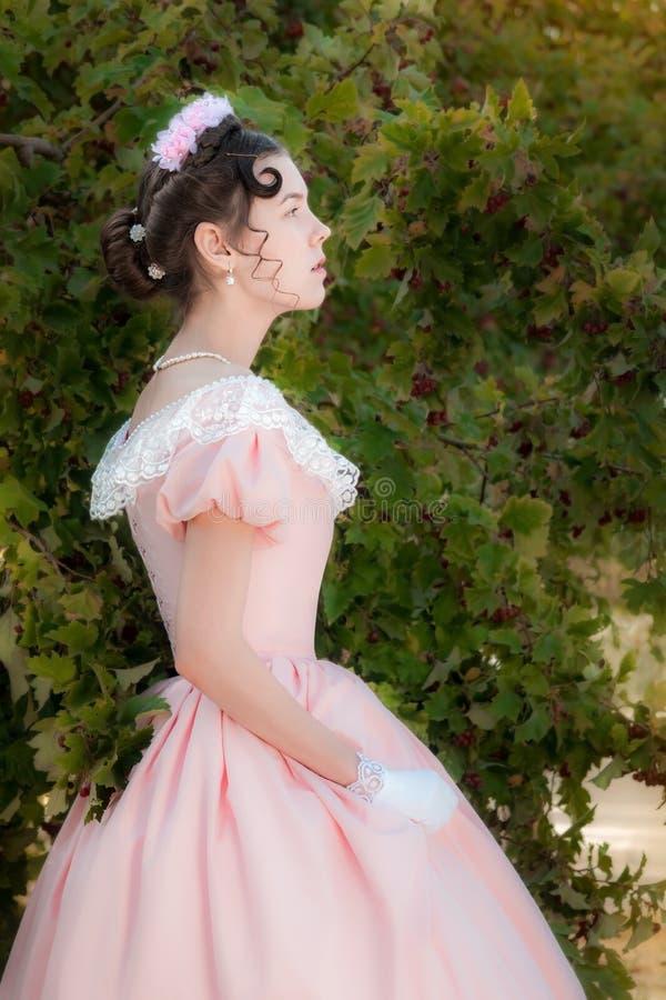 La muchacha inocente romántica está mirando en la distancia con la esperanza imágenes de archivo libres de regalías