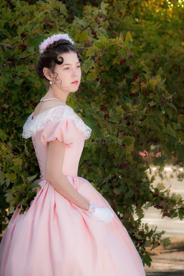 La muchacha inocente romántica está mirando en la distancia con la esperanza imagen de archivo libre de regalías