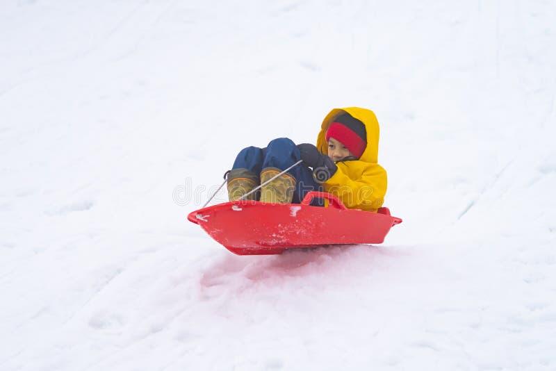 La muchacha japonesa est? resbalando abajo del trineo de la nieve en el centro tur?stico de Gala Yuzawa Ski foto de archivo libre de regalías