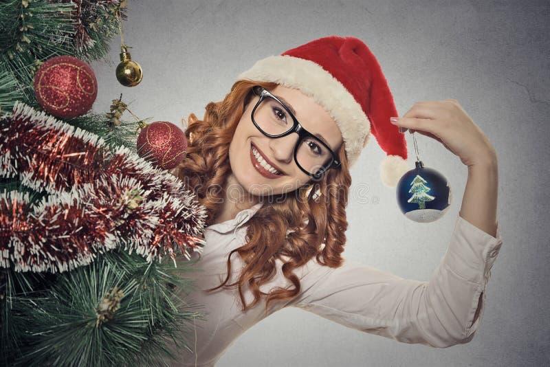 La muchacha joven hermosa de la Navidad del retrato con los vidrios que llevan a Papá Noel viste fotografía de archivo libre de regalías