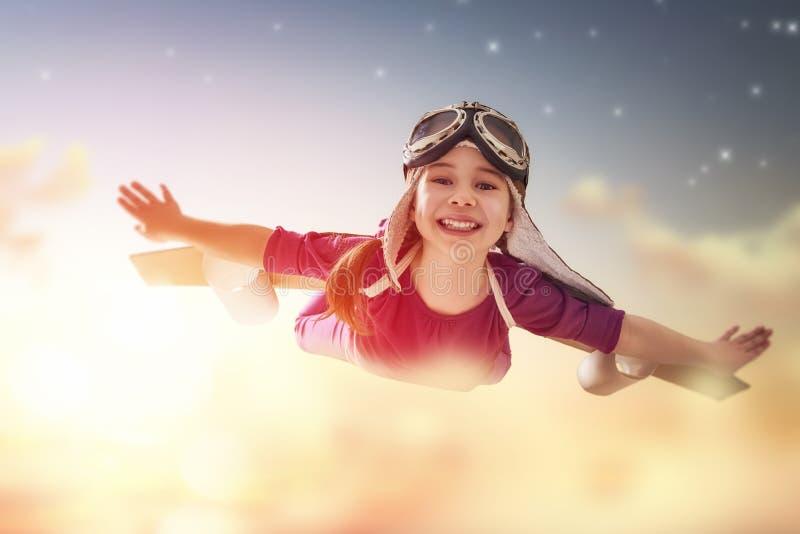 La muchacha juega al astronauta foto de archivo