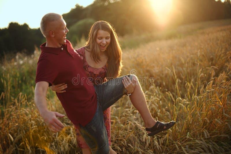 La muchacha juega al tonto con el hombre imagenes de archivo