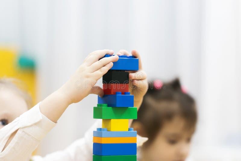 La muchacha juega el sitio de niños del diseñador fotografía de archivo