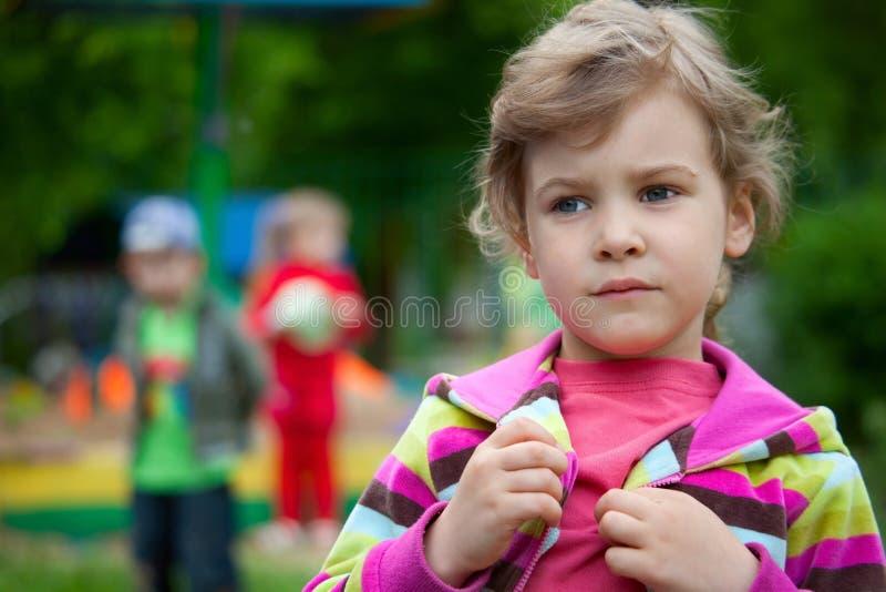 La muchacha juega en una yarda de la corte en jardín de la infancia fotografía de archivo libre de regalías