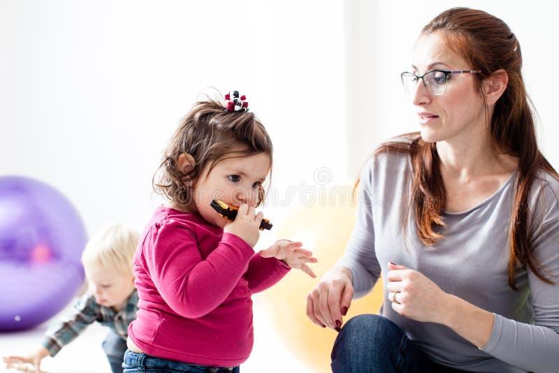 La muchacha juega un acordeón del lápiz labial imagenes de archivo