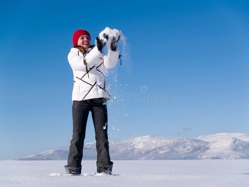 La muchacha lanza nieve imágenes de archivo libres de regalías