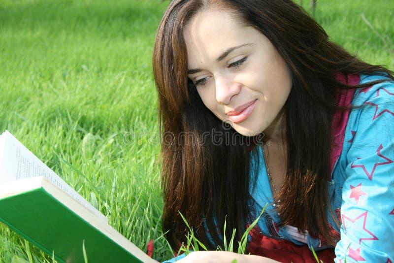 Download La muchacha lee el libro foto de archivo. Imagen de hembra - 7282940