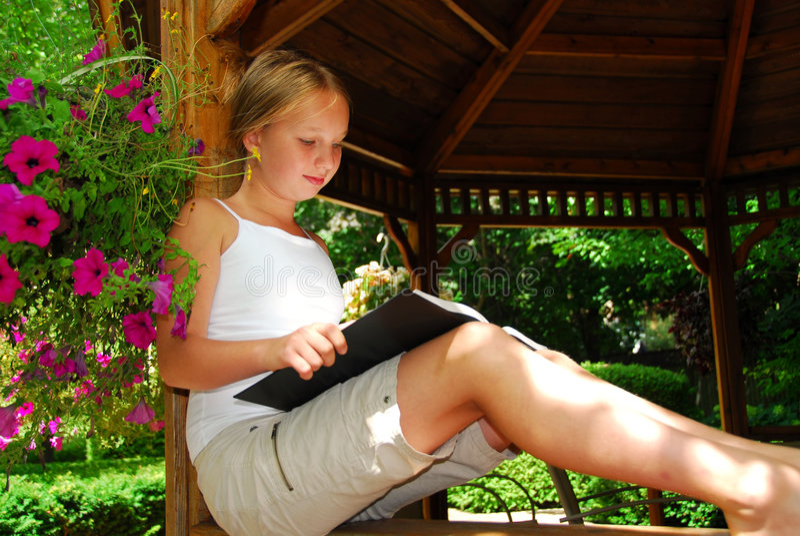 La muchacha leyó el libro imagen de archivo