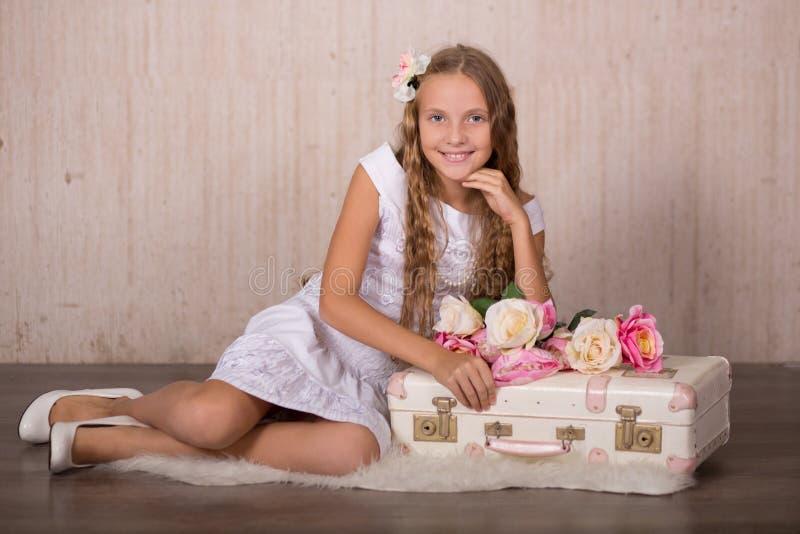 La muchacha linda de la señora con la presentación de las mejillas rosadas de los pelos rubios y de los ojos azules se sienta par fotografía de archivo libre de regalías