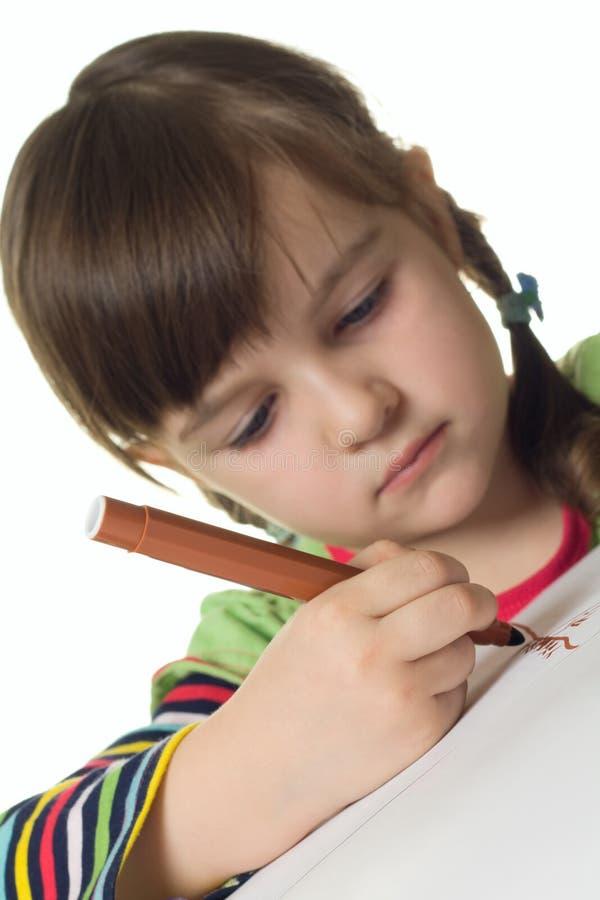 La muchacha linda drena la etiqueta de plástico del color fotos de archivo libres de regalías