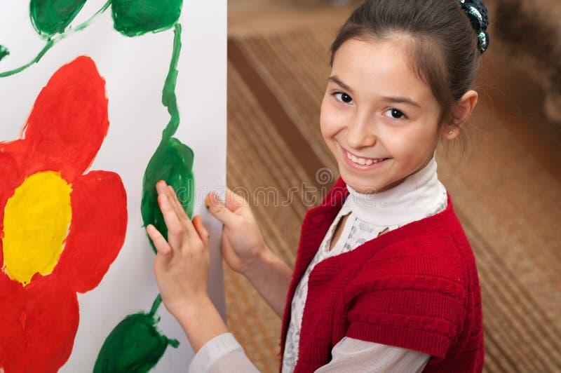 La muchacha drena las manos en el papel imágenes de archivo libres de regalías