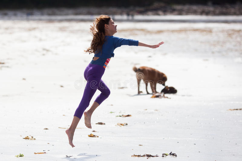 La muchacha linda ejecuta feliz en la playa imagen de archivo libre de regalías